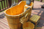Bồn tắm gỗ tạo điểm nhấn cho dịch vụ spa